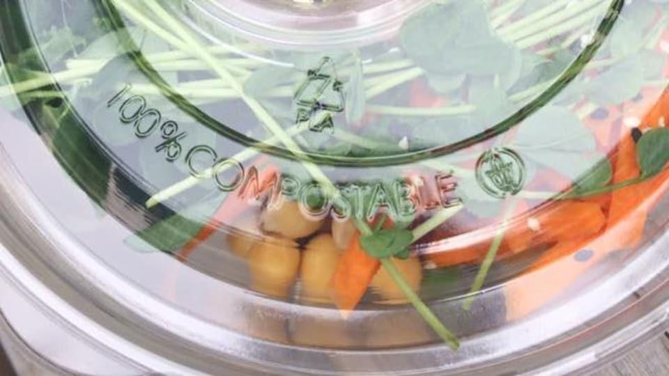Un exemple d'emballage en plastique qui se dit « 100 % compostable. »