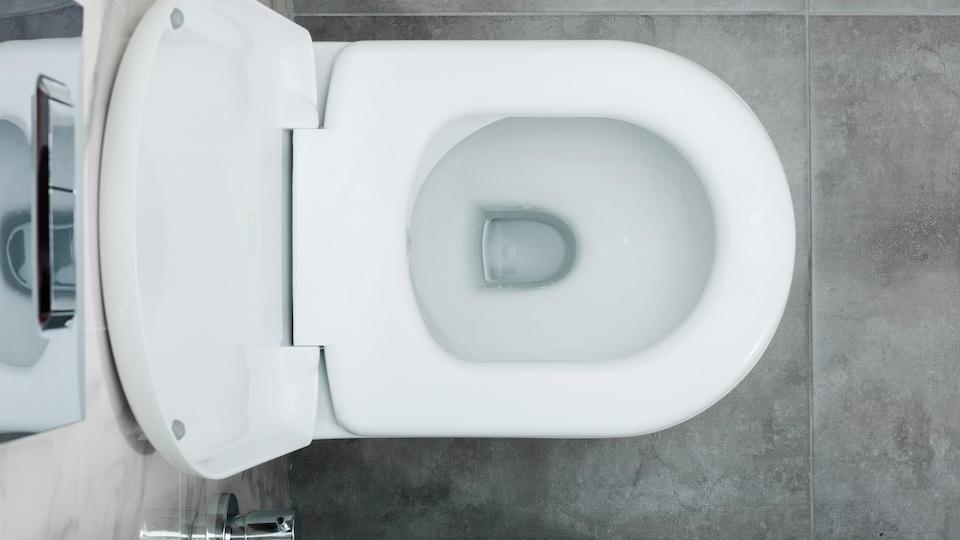 Une photo prise en plongée d'une toilette publique.