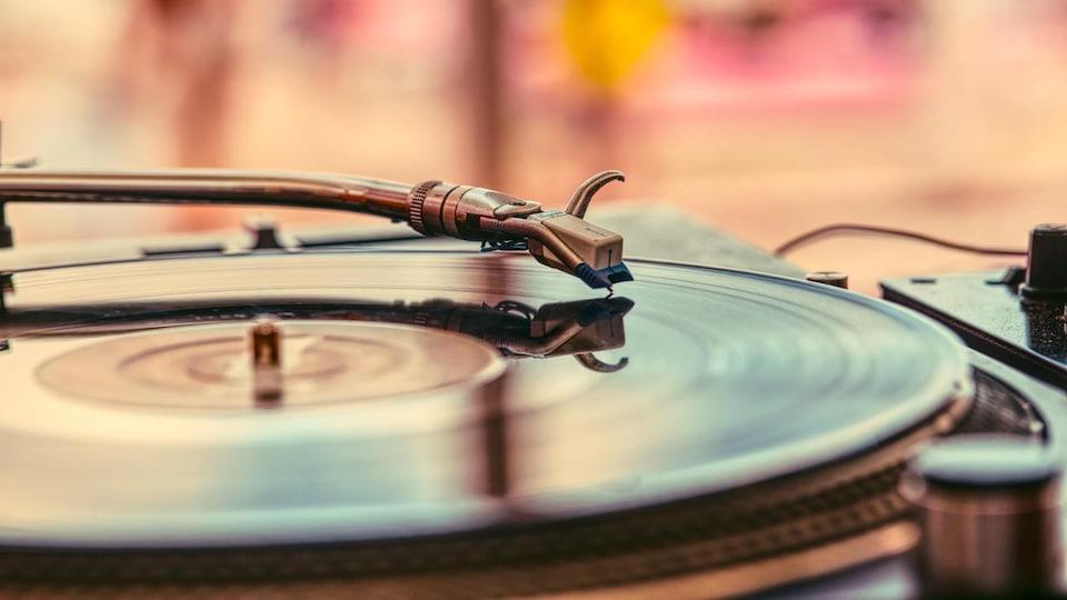 Un vinyle joue sur un tourne-disque.
