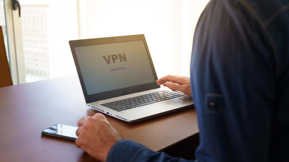 Une personne utilise un logiciel VPN au moment où elle ouvre son ordinateur.