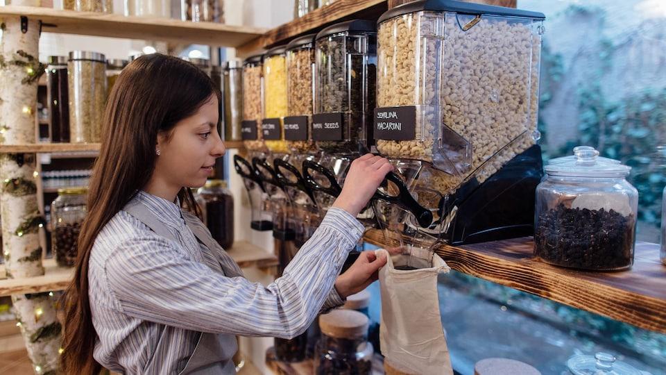 Une femme achète des macaronis en vrac.