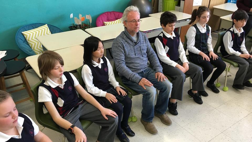 Des élèves et le philosophe méditent.