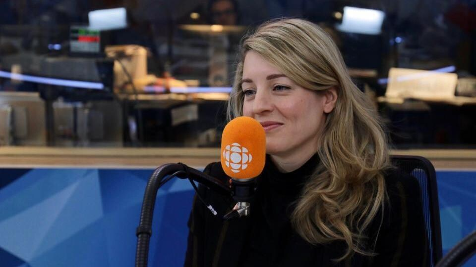 Mélanie Joly devant le micro d'ICI Première.