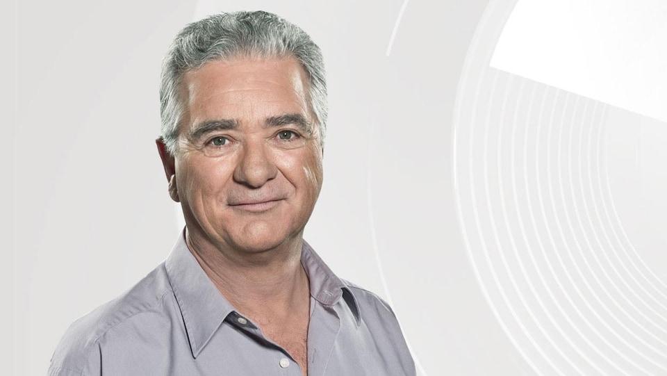 L'animateur d'ICI Première Michel Lacombe, souriant.