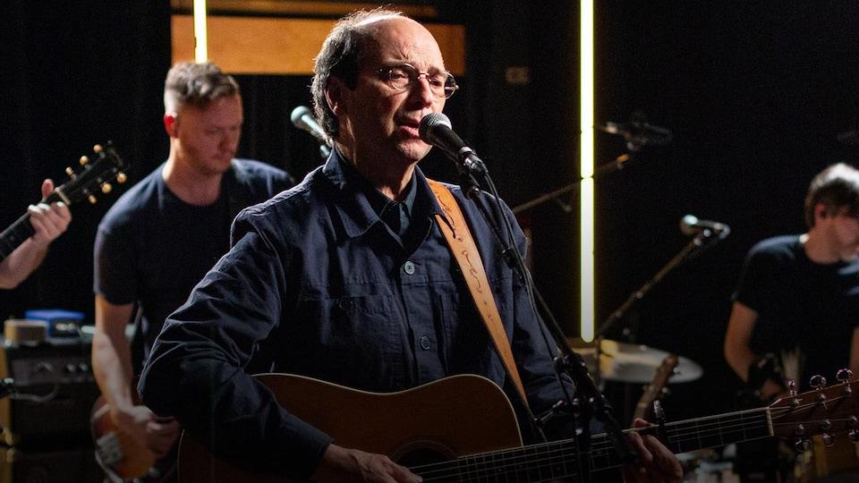 Le chanteur en prestation dans les studios d'ICI Musique.