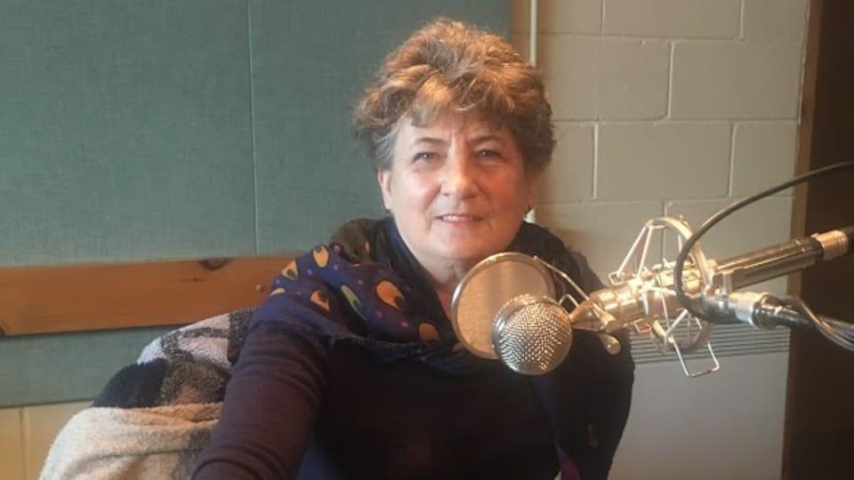 L'artiste Michelle Lefort, en studio à Radio-Canada Côte-Nord