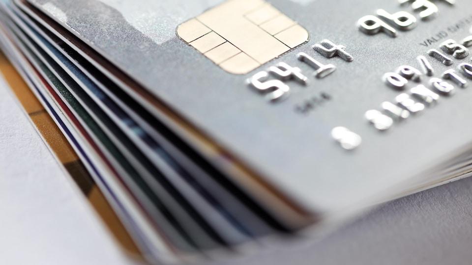 Des cartes de crédit empilées.