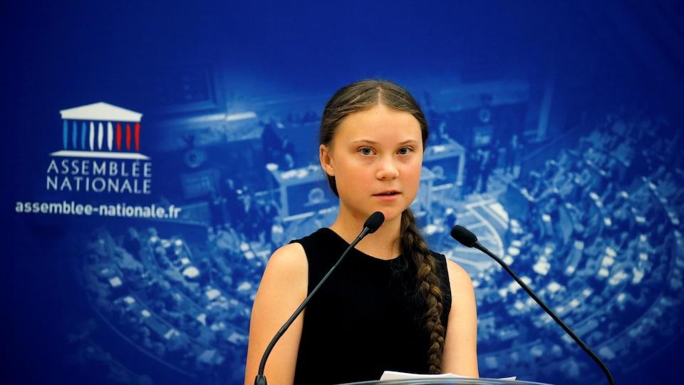 Greta Thunberg prononce un discours devant des membres du Parlement français à l'Assemblée nationale à Paris.