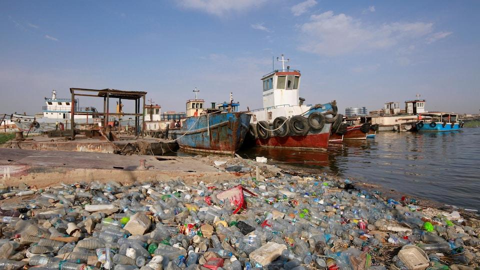 Des déchets de plastique s'empilent près des épaves de la rivière Chatt el-Arab à Bassorah.