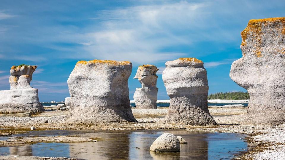 L'archipel de Mingan, des monolithes sous un ciel bleu et nuageux, dans l'oeil du photographe Mathieu Dupuis.