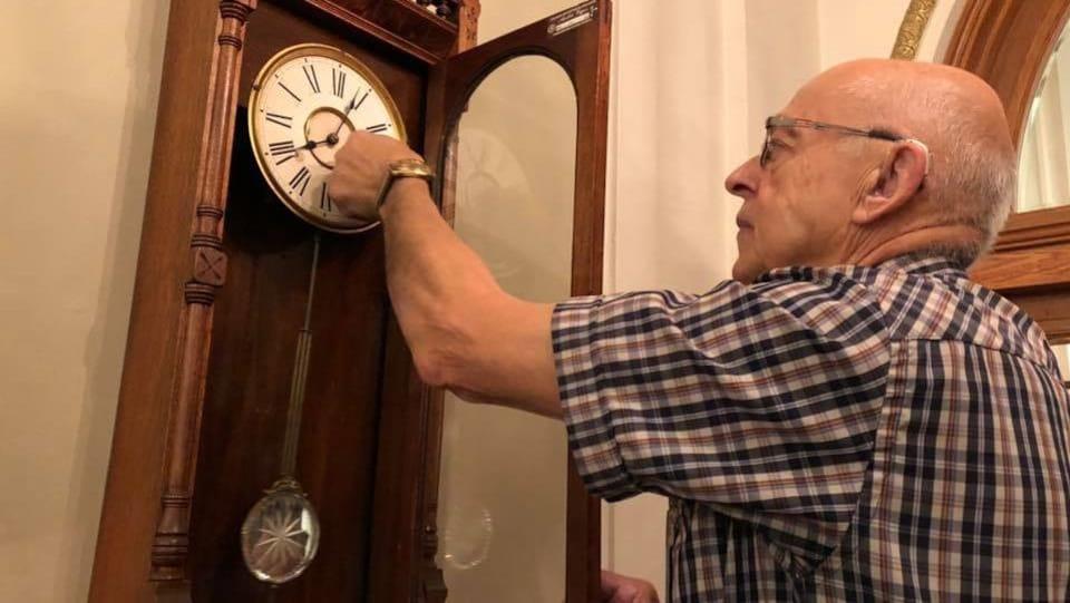 L'horloger André Viger remonte une  horloge mécanique de l'Assemblée nationale