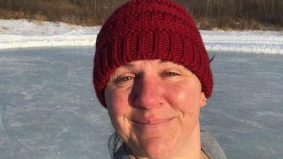 Mireille Beaupré sur une patinoire extérieure.