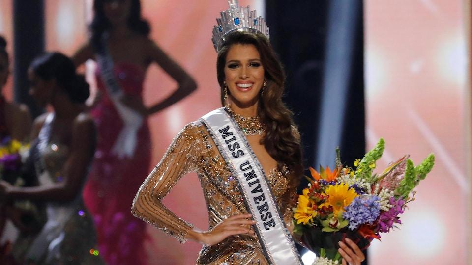 Iris Mittenaere, couronnée au concours Miss Univers aux Philippines en 2017.