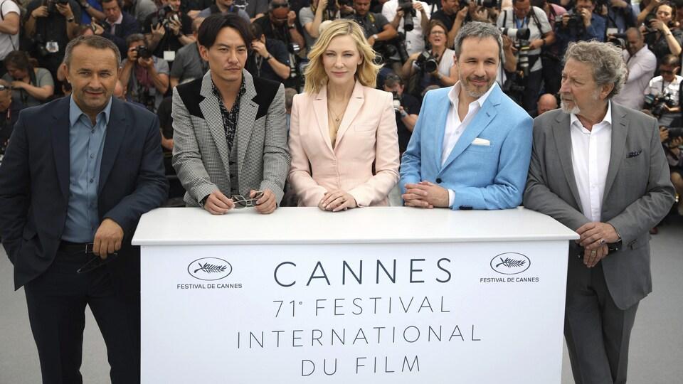 De gauche à droite : Andrey Zvyagintsev, Chang Chen, Cate Blanchett, Denis Villeneuve, et Robert Guediguian lors d'une séance photo au Festival de Cannes 2018.