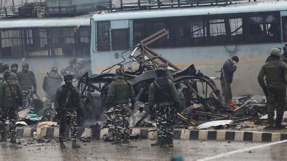 Des soldats inspectent des débris dans le Cachemire indien.