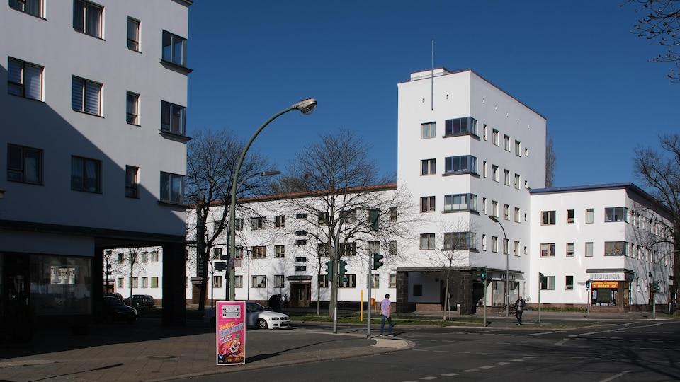 Deux édifices blancs de type Bauhaus à Berlin, en Allemagne.