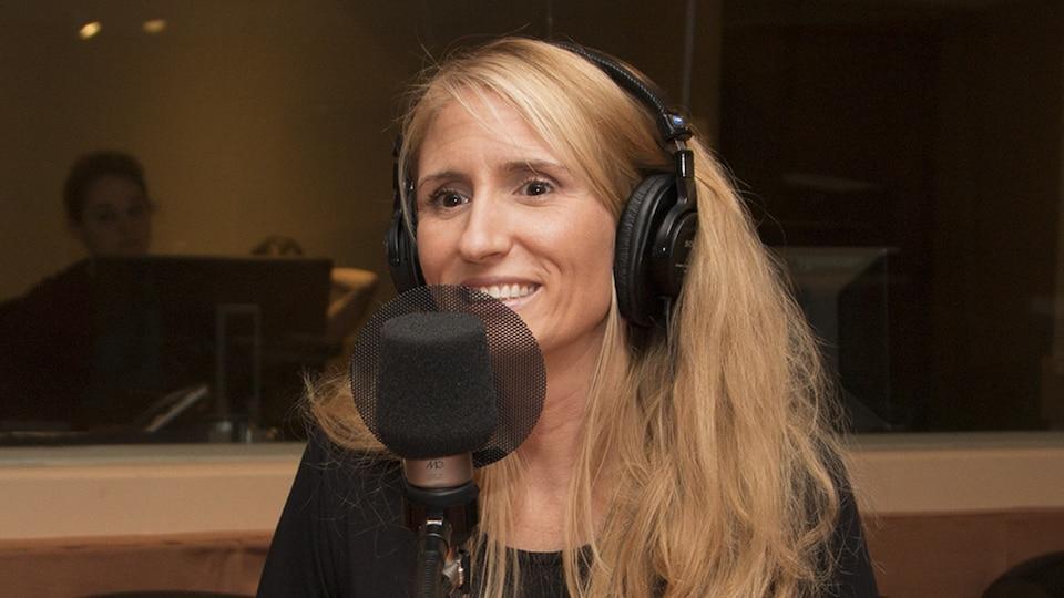 La blogueuse Bianca Longpré devant un micro du studio 18 de Radio-Canada, à Montréal