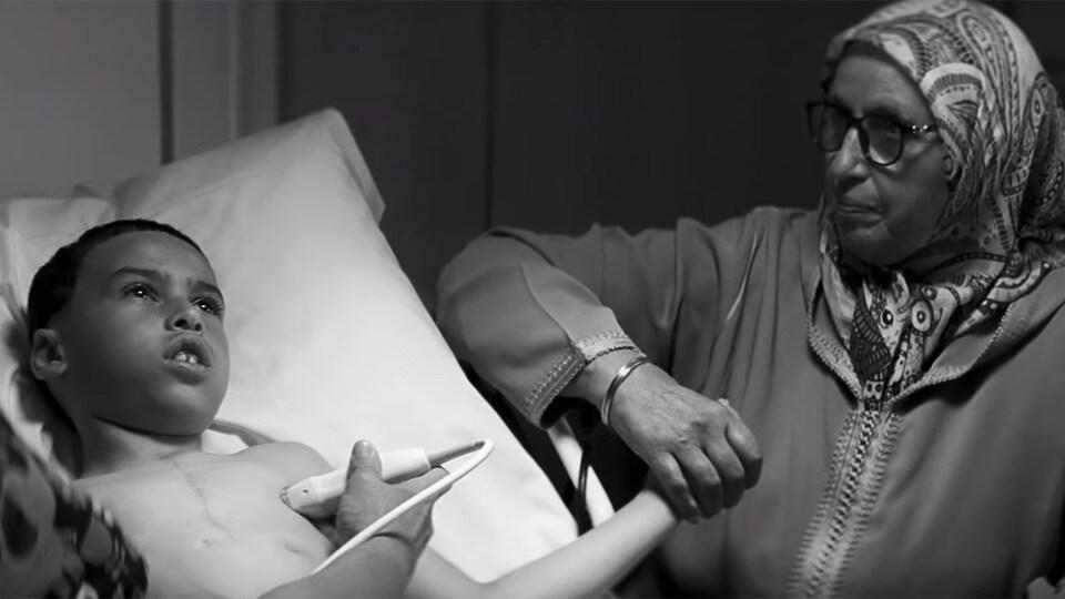 Un jeune garçon subit une échographie dans cette image tirée de la nouvelle publicité du CHU Sainte-Justine.