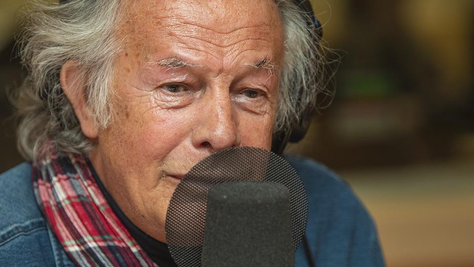 Yves Corbeil au micro de Catherine Perrin.