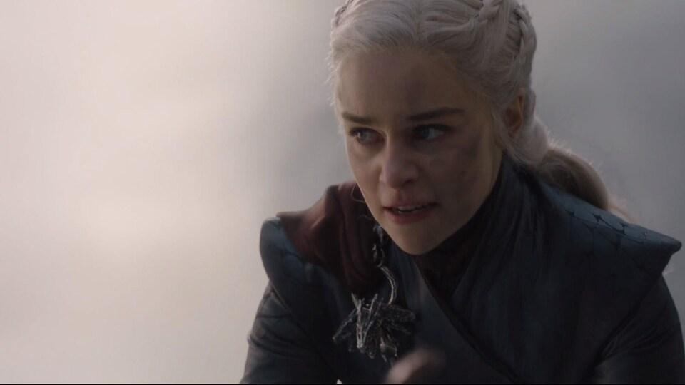 La reine a le visage couvert de cendre et affiche un air enragé dans cet image tirée de la série <i>Game of Thrones</i>.