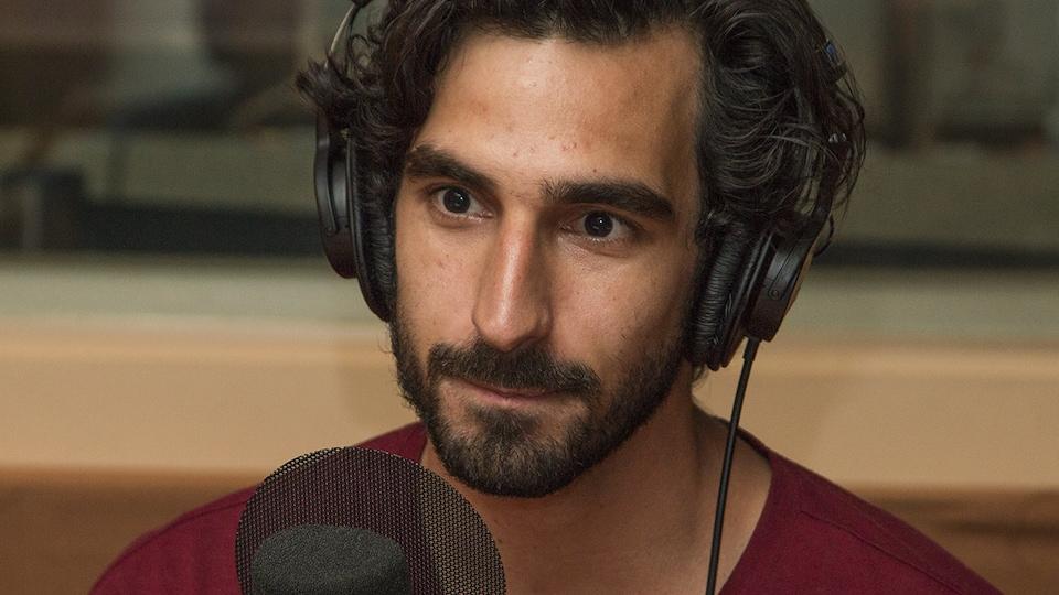 Gabriel D'Almeida Freitas au micro de Stéphan Bureau.