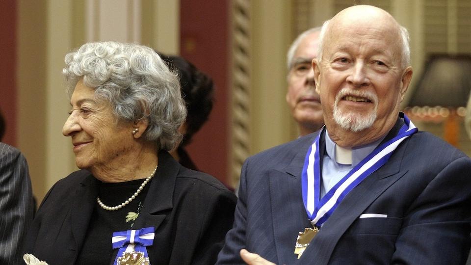Ethel Stark à gauche du père Emmet Johns, en 2003, lors d'une cérémonie où ils ont tous deux été décorés comme grands officiers de l'Ordre national du Québec