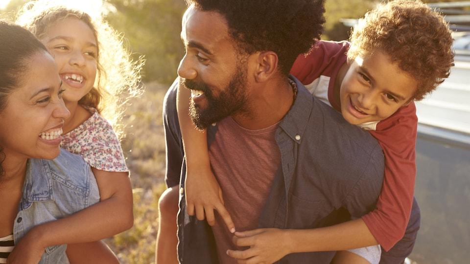 Une famille qui a du plaisir en vacances