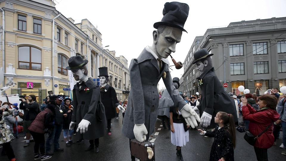 Des marionnettes géantes représentant Tchekhov, Pouchkine, Daniil Harms et Dostoïevski circulent lors du Festival international de théâtre Tchekhov, à Moscou, en 2015.