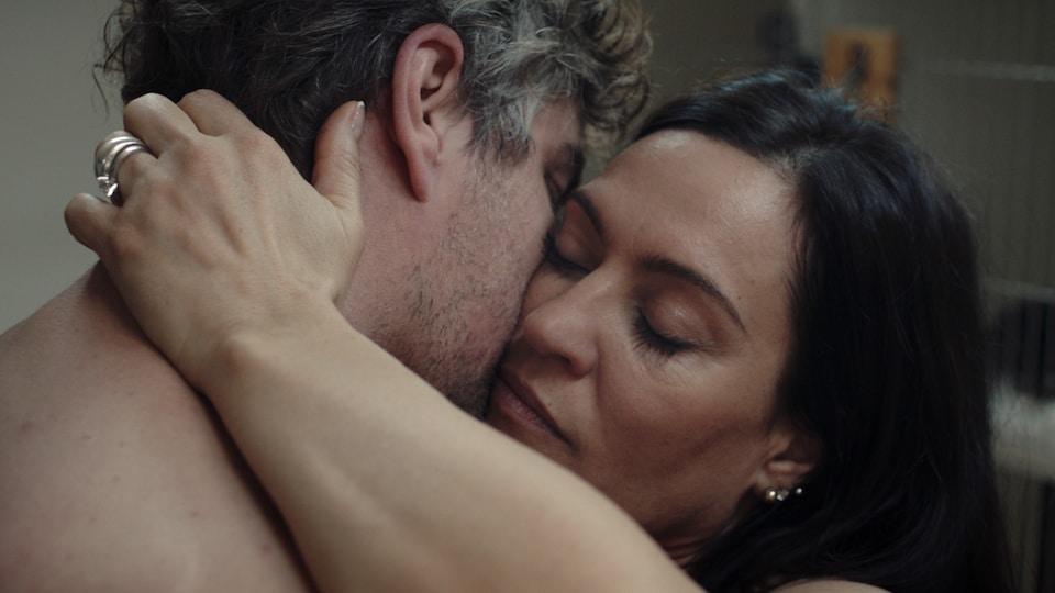 Les acteurs Normand D'Amour et Brigitte Poupart dans une scène du film de Renée Beaulieu, Les salopes ou le sucre naturel de la peau.