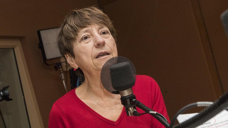 Françoise David devant un micro.