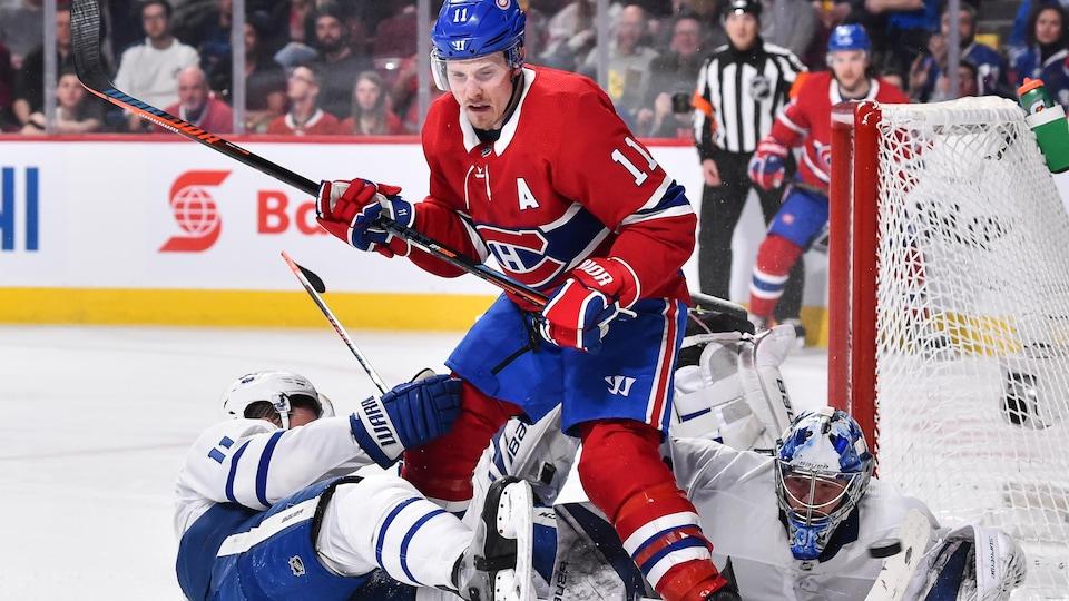 Brendan Gallagher dispute la rondelle à Zach Hyman et Frederik Andersen, des Maple Leafs de Toronto, lors de la partie du 9 février au Centre Bell, à Montréal.