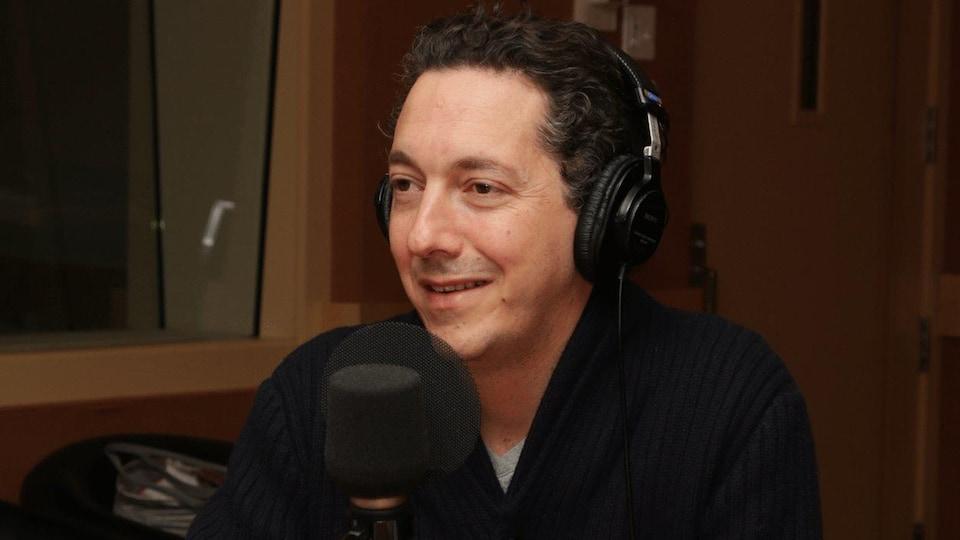 Il sourit au micro