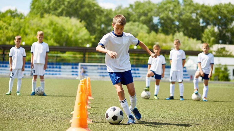 Un garçon joue au soccer.