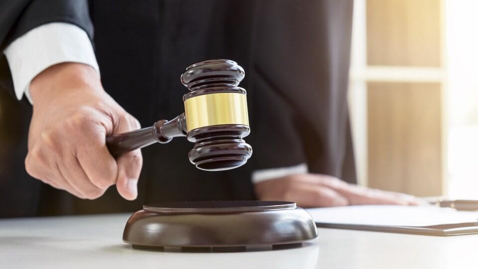 Un juge, un marteau à la main.