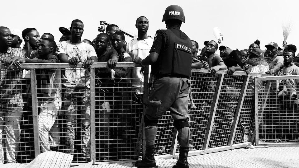 Un policier monte la garde devant une barricade lors d'un rassemblement électoral au Nigéria.