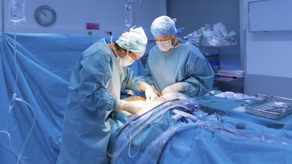 Deux chirurgiens pratiquent une opération.