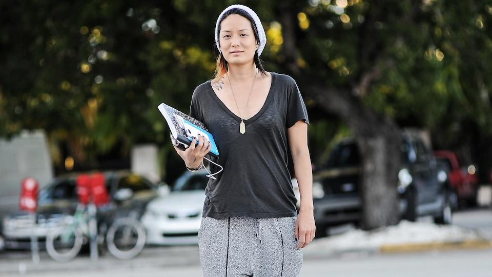 La femme d'affaires Becky Wang porte un t-shirt de sport et un pantalon de jogging.