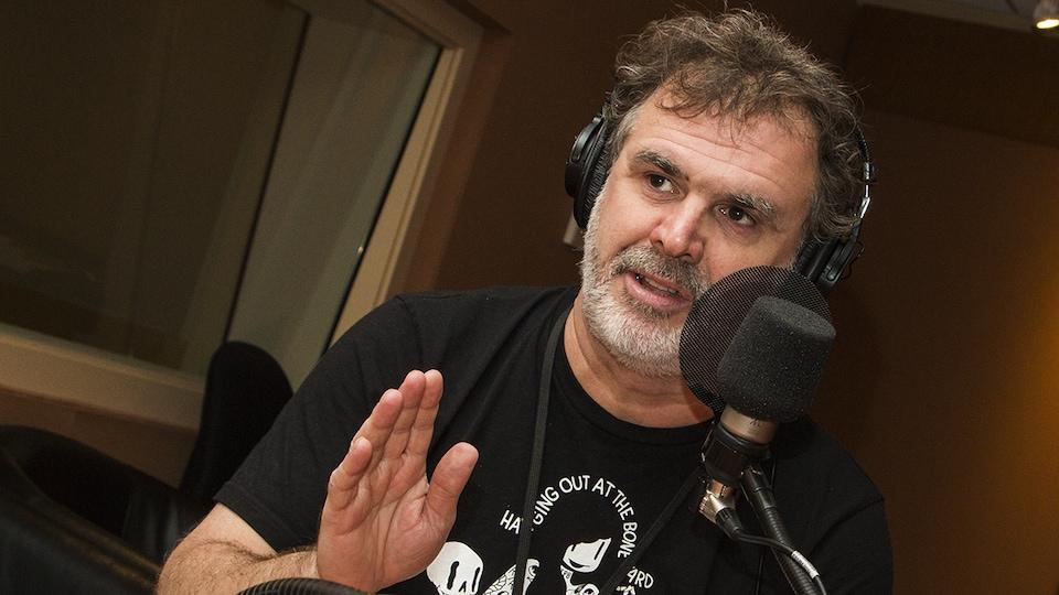 Patrick Senécal au micro.