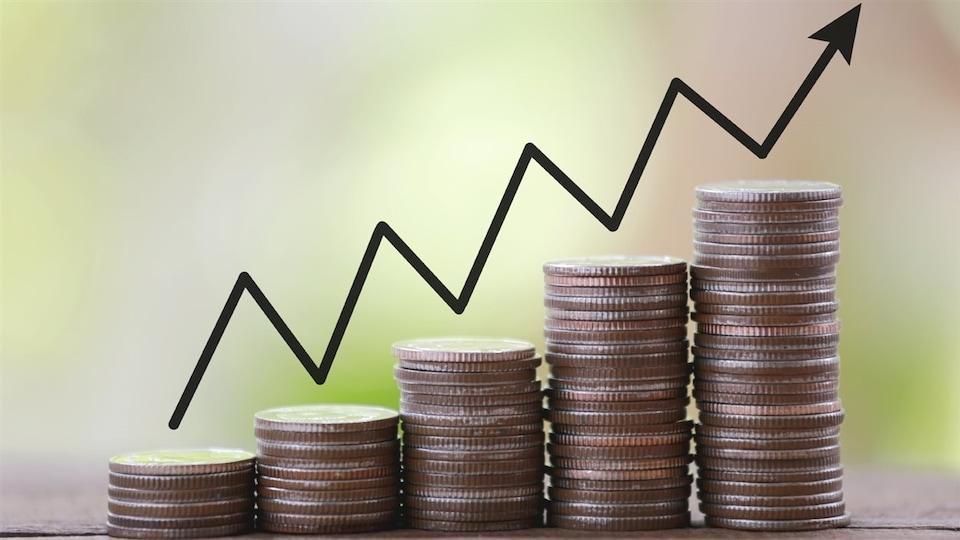 Des piles de sous en forme de graphique pour représenter le concept de croissance économique.
