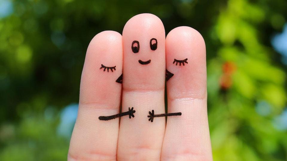 Trois doigts illustrent le polyamour.