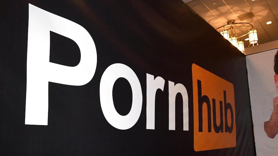 Bannière du site Pornhub et photo d'une actrice de cinéma pornographique.