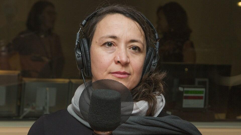 Nathalie Provost au micro de Catherine Perrin.