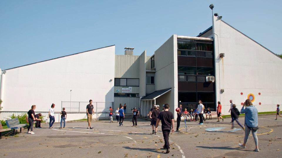 La cour d'école de l'école Saint-François, à Québec.