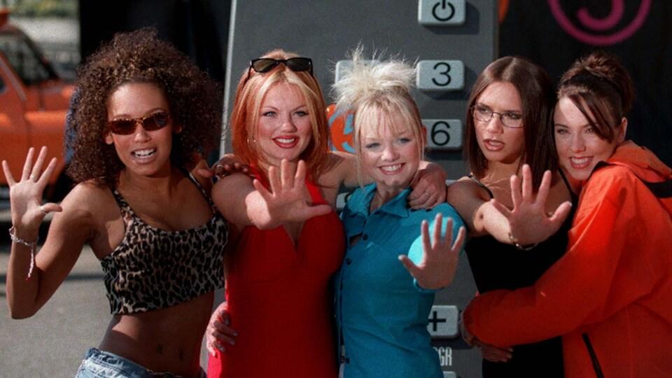 Les Spice Girls font un salut de la main lors du lancement de la station britannique Channel Five, en 1997.