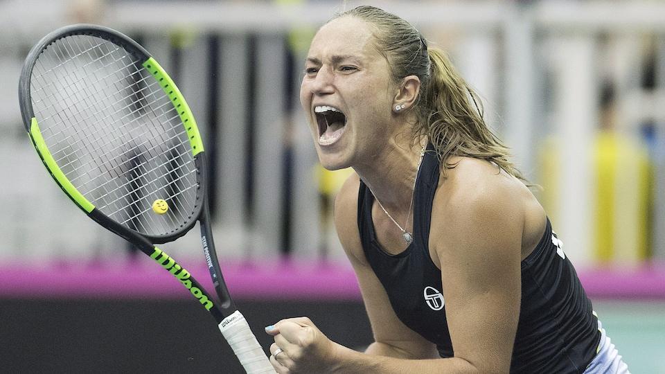 La joueuse de tennis ukrainienne Kateryna Bondarenko célèbre un point gagné contre la Canadienne Gabriela Dabrowski à la Fed Cup.