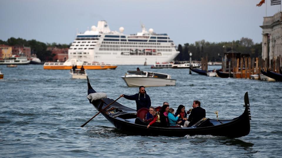 Un navire de croisière mouille dans les eaux de Venise. De plus en plus de bateaux, bondés de touristes, accostent dans la mythique ville italienne.