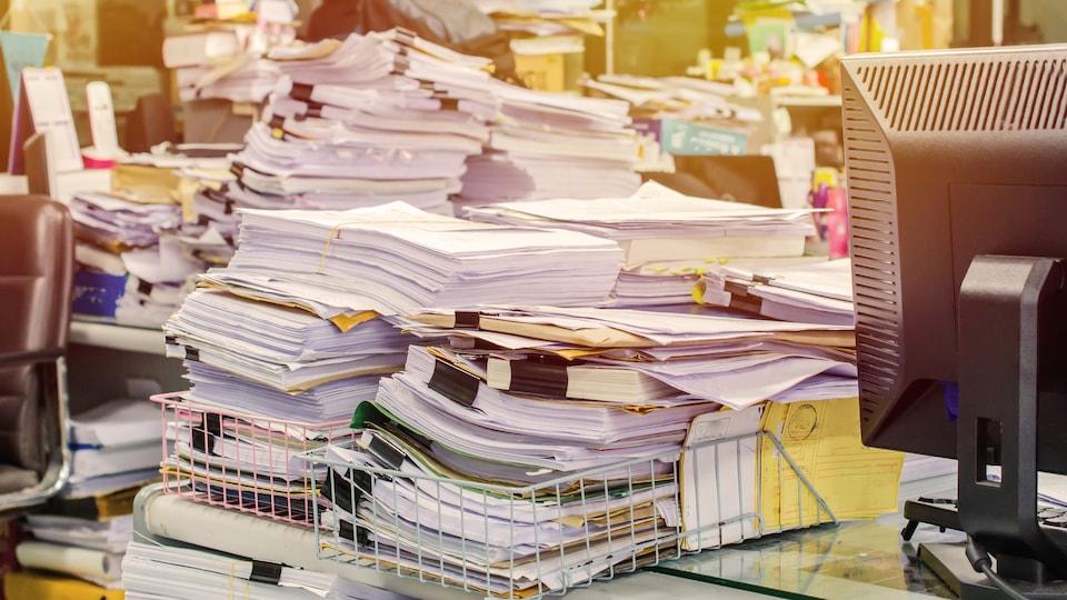 Des piles de documents ont été accumulés par une personne atteinte du trouble d'accumulation compulsive.