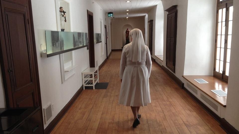 Une soeur circule dans un corridor du monastère des augustines de Québec.