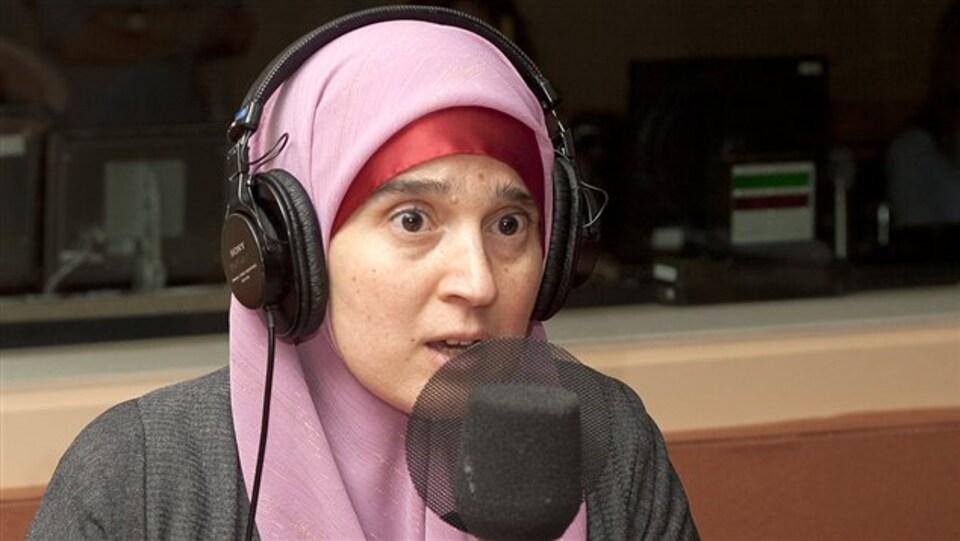 femme couverte dans un studio de radio