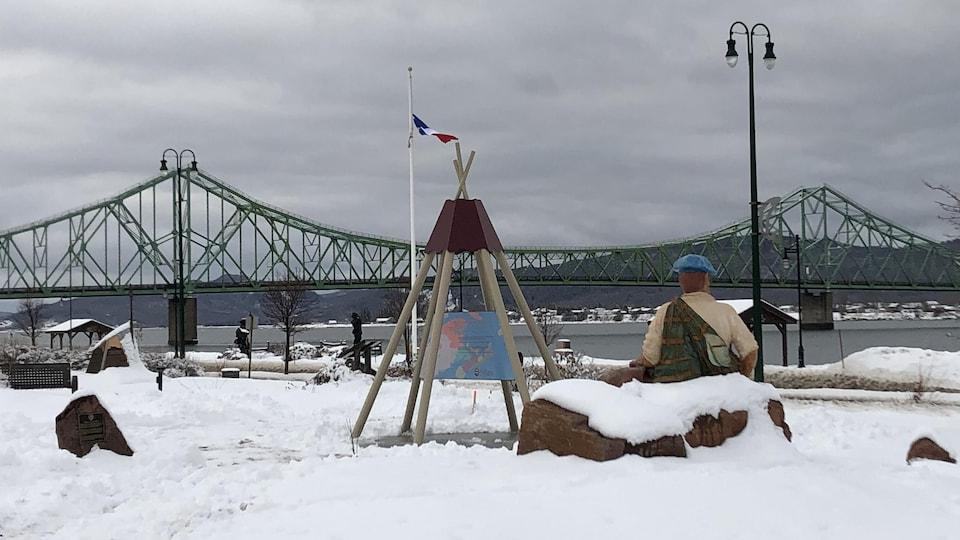 Les trois monuments avec le pont en arrière plan
